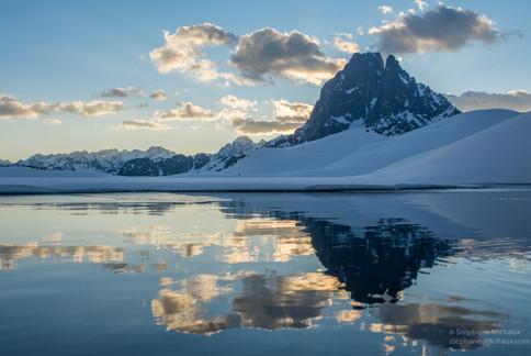 Aube et reflet du pic d'Ossau l'hiver