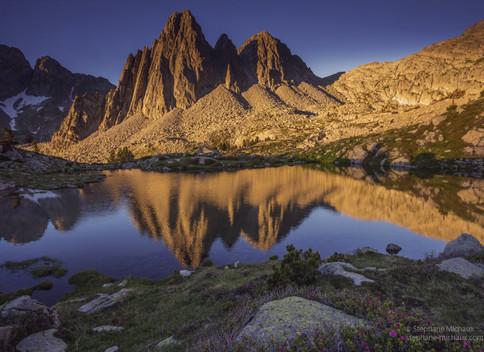 Les aiguilles de Perramo, reflet dans le lac au lever de soleil l'été