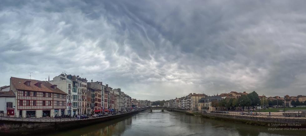 Bayonne, la Nive et nuages mammatus