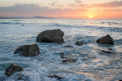 Les 4 rochers, et les surfers au coucher de soleil
