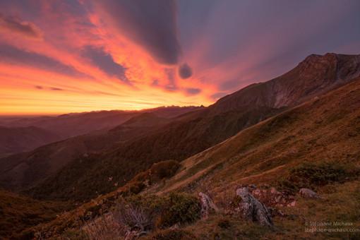 Aurore et nuages lenticulaires et pic d'Orhy