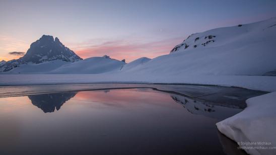 Aube au lac d'Ayous l'hiver et le pic d'Ossau