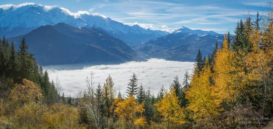 Panorama et mer de nuages et couleurs d'automne à Passy au Pays du mont Blanc