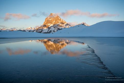 Coucher de soleil hivernal au lac d'Ayous avec le pic d'Ossau