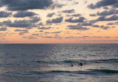 Surfers au coucher de soleil sur la côte Basque