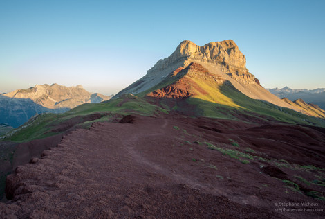 Castillo de Acher au lever de soleil, terres rouges