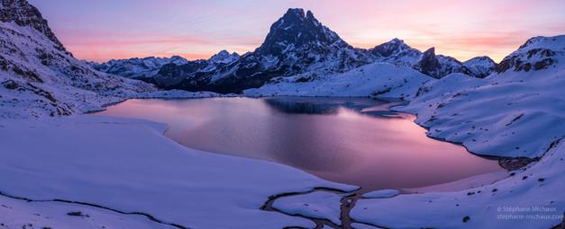 Panorama du lac d'Ayous et pic d'Ossau à l'aube rose