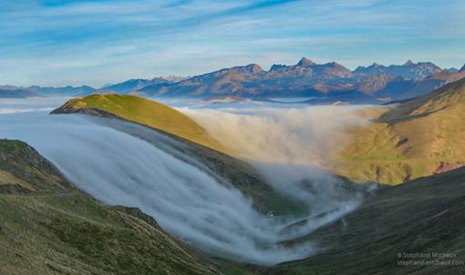 Cascade de mer de nuages à Iraty, et vue sur les Pyrénées