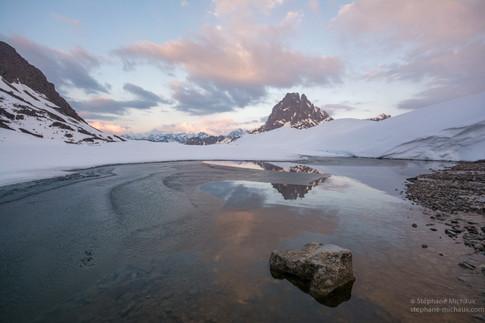 Aurore au lac d'Ayous gelé l'hiver et le pic d'Ossau (1)