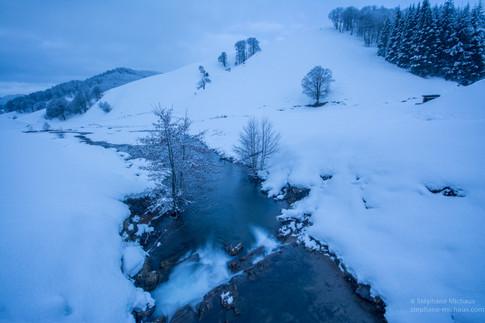 Rivière et paysage enneigé un matin d'hiver