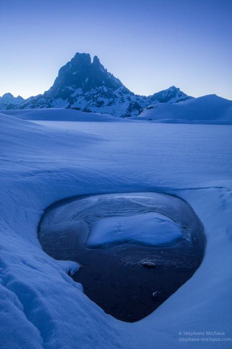 L'heure bleue au lac d'Ayous gelé l'hiver et le pic d'Ossau (2)