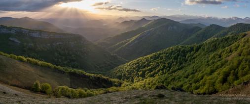 Panorama lever de soleil à Iraty au printemps