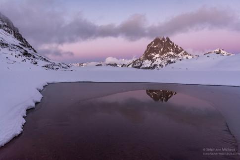 Crépuscule au lac d'Ayous l'hiver et le pic d'Ossau