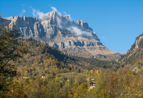 Village de Servoz en Haute Savoie et la chaîne des Fiz