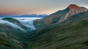 Vallon, cascade de mer de nuages, et le pic d'Orhy au coucher de soleil
