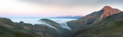 Panorama à Iraty d'une mer de nuages sur le pic d'Orhy