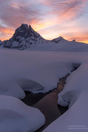 Aurore hivernale, le ruisseau et le pic d'ossau