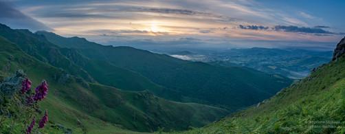 Panorama lever de soleil en montagne
