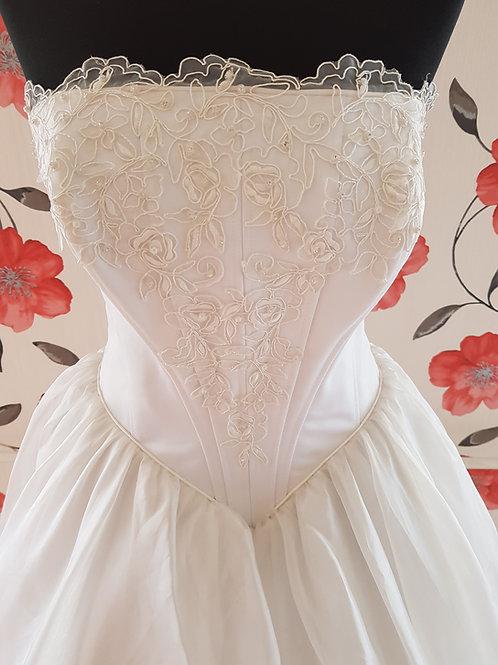 F25 Menyasszonyi ruha