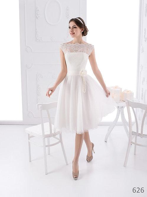 Mary Bride 626 rövid menyasszonyi ruha elölről egy nappaliban