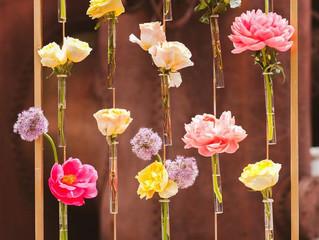 6 kreatív mód az esküvői virágok elhelyezésére