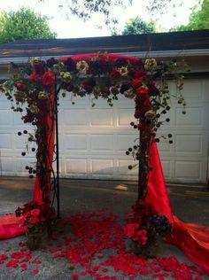 Fekete-vörös esküvői virágkapu