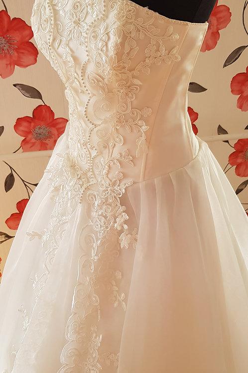 F47 Menyasszonyi ruha