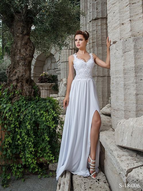 Bride in an Elena Morar wedding dress next to a pillar