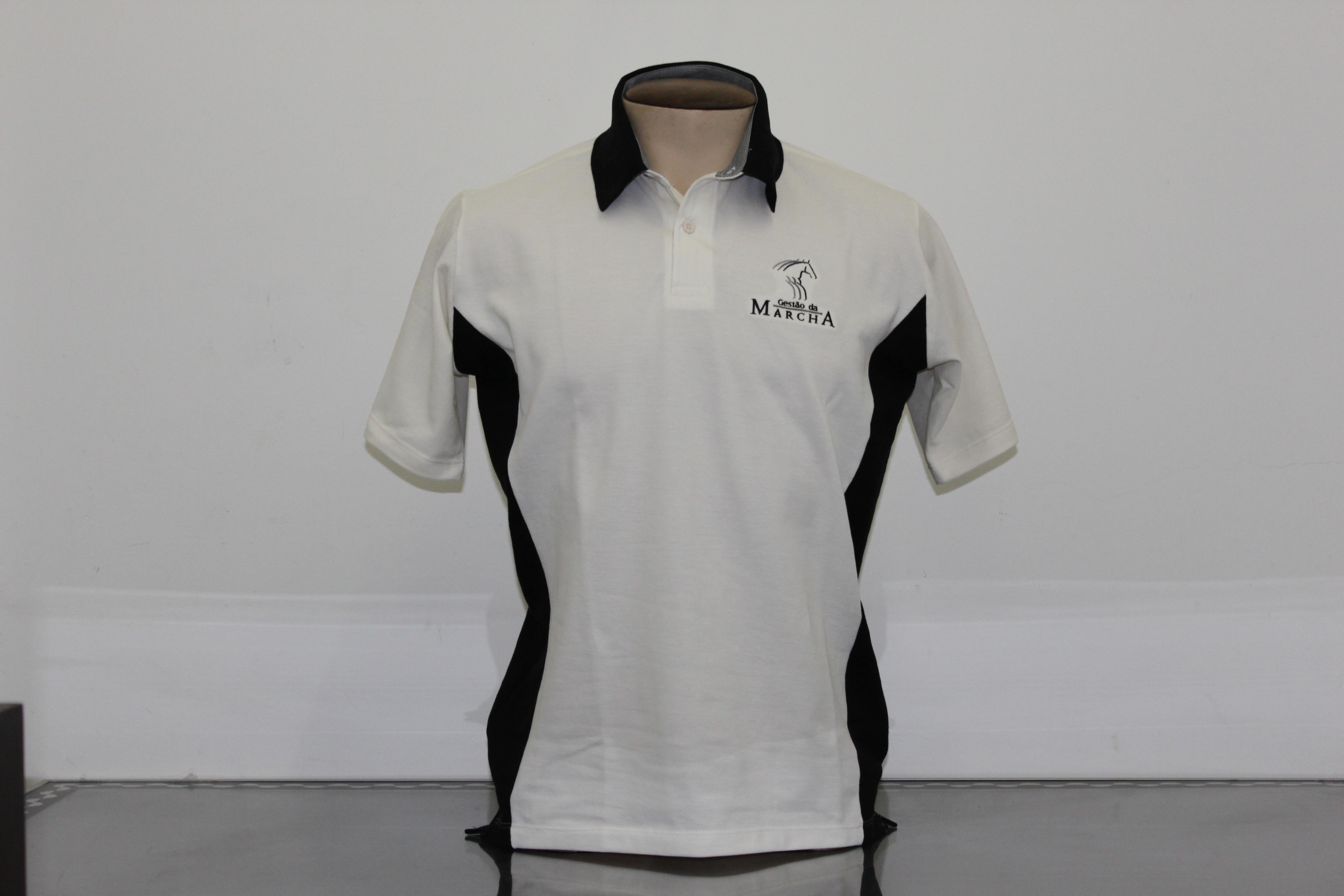 Camisa gola polo com detalhe.
