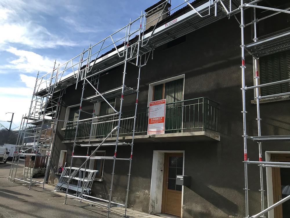 Chantier en cours de montage : rénovation de la toiture et des éléments de la charpente.