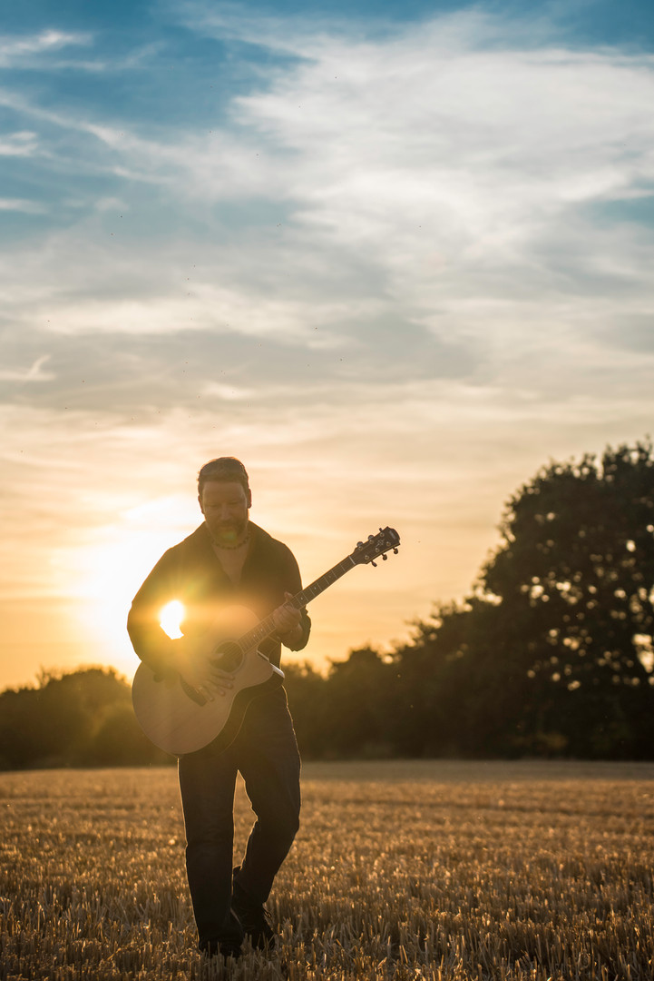 Wandering Singing Guitarists in Berkshire for Events, Parties and Weddings