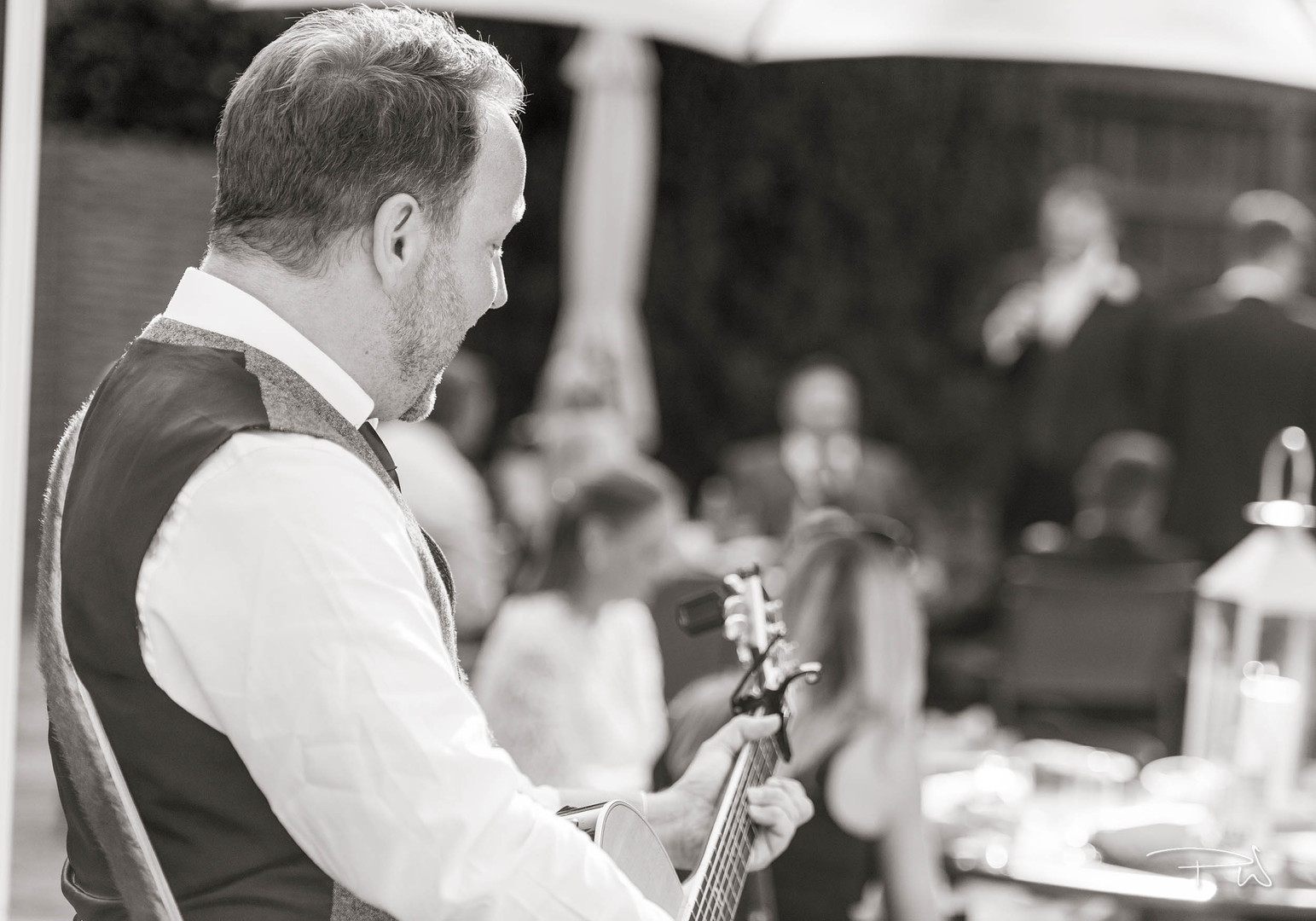 Singer Guitarist in Berkshire for Events, Parties and Weddings