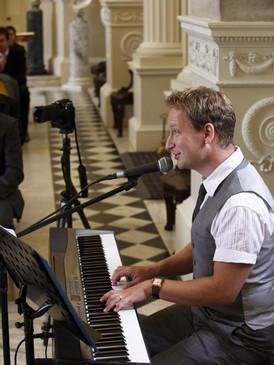 Wedding singing pianist