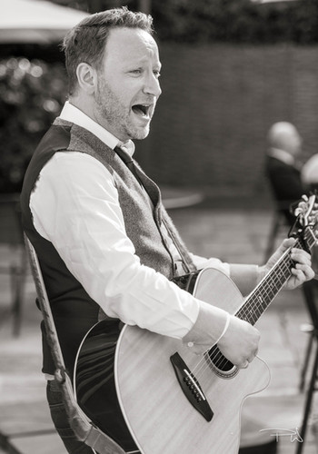 Singing Guitarist for Events, Parties and Weddings