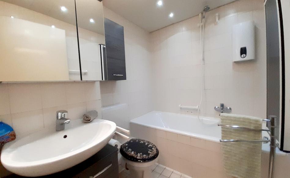 Helles, sauberes Badezimmer