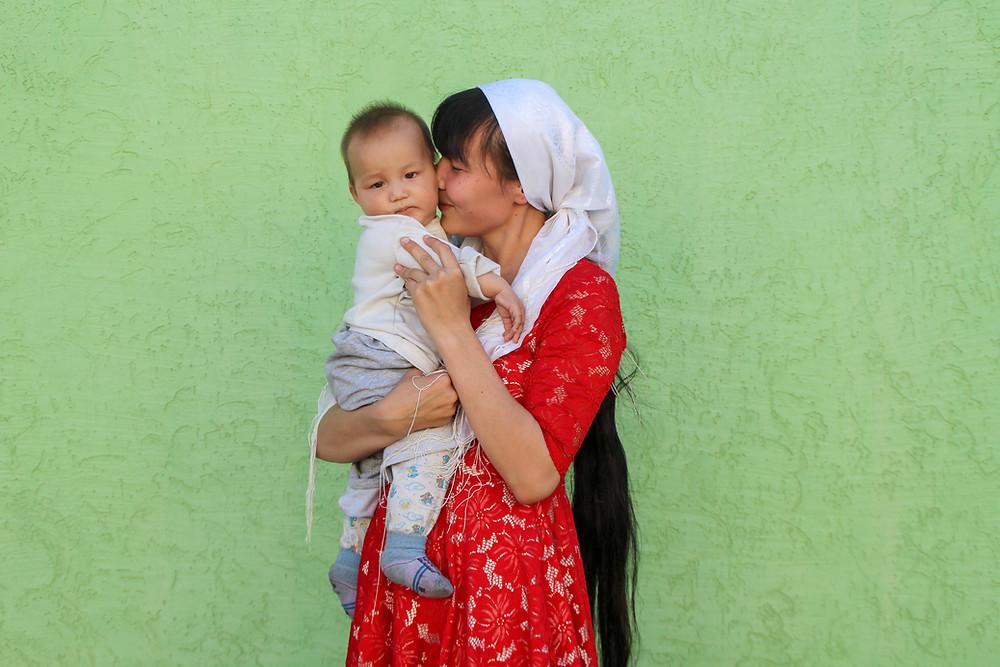 אמא ובן מחובקים בקזחסטן