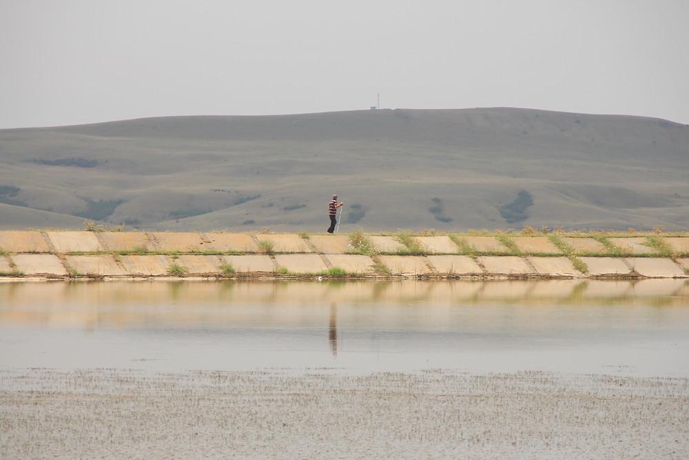 דמות אדם משתקפת על המים