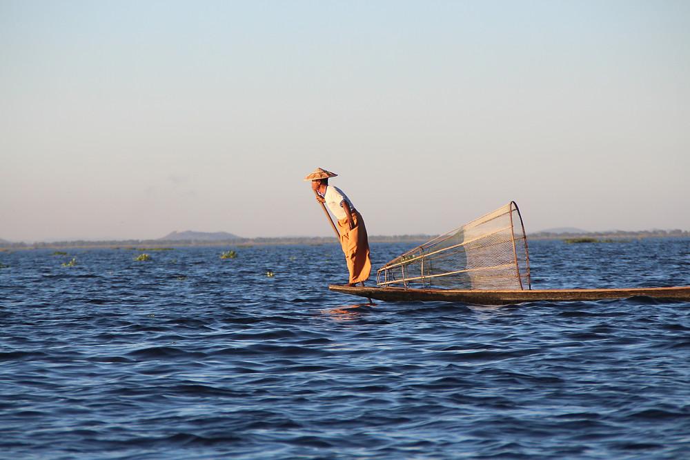 דייג בורמזי משיט את סירתו הקטנה באינלה לייק