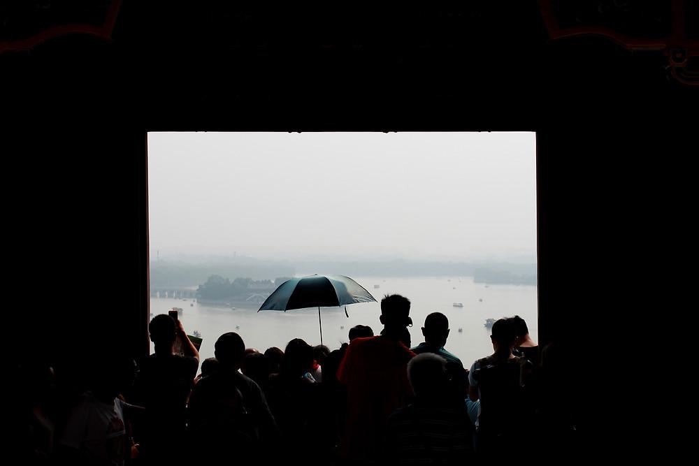 אנשים מצטופפים בתצפית בארמון הקיץ בבייג'ינג, סין