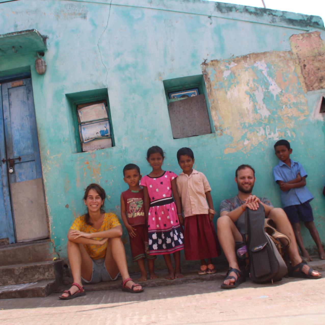 עם ילדים הודים בממלפוראם, הודו