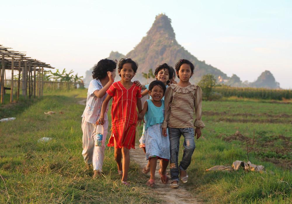 ילדים משחקים ליד פה-אן, מיאנמר