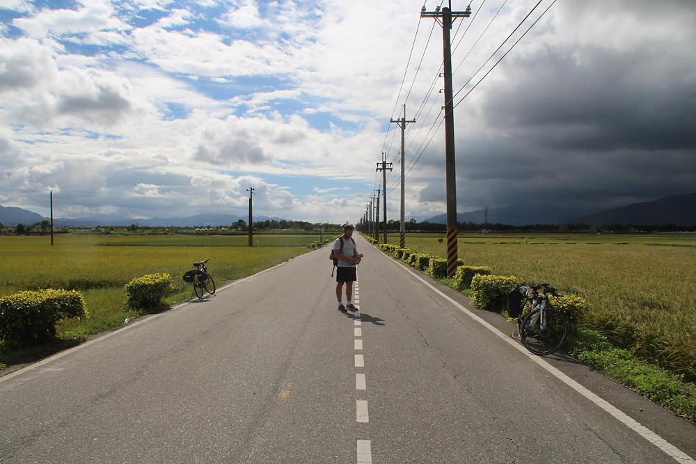 כביש וסביבו נוף חקלאי, כחלק מטיול האופניים שלנו בטייוואן