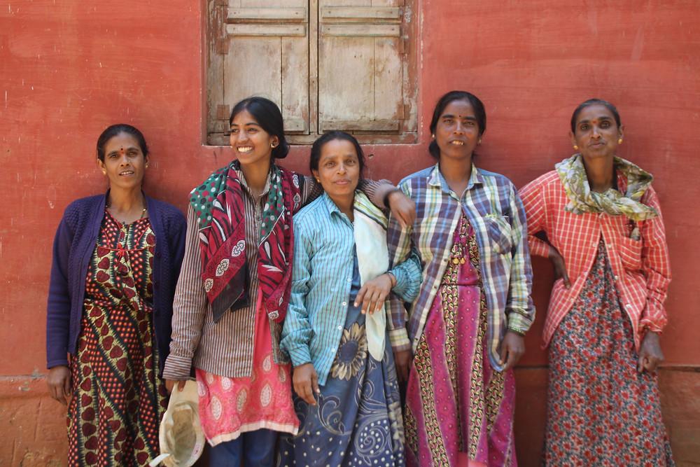 נשים הודיות מחובקות