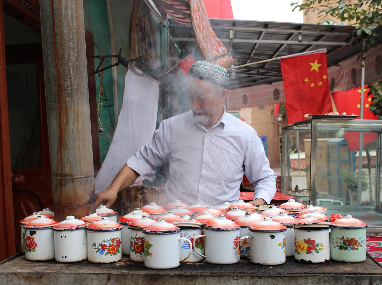 אויגורי מכין מרק מסורתי בתוך ספלים