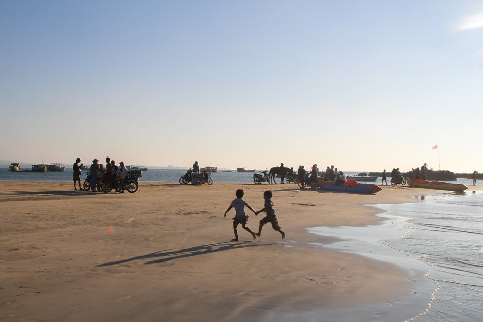 kids playing in Ngwe Saung beach