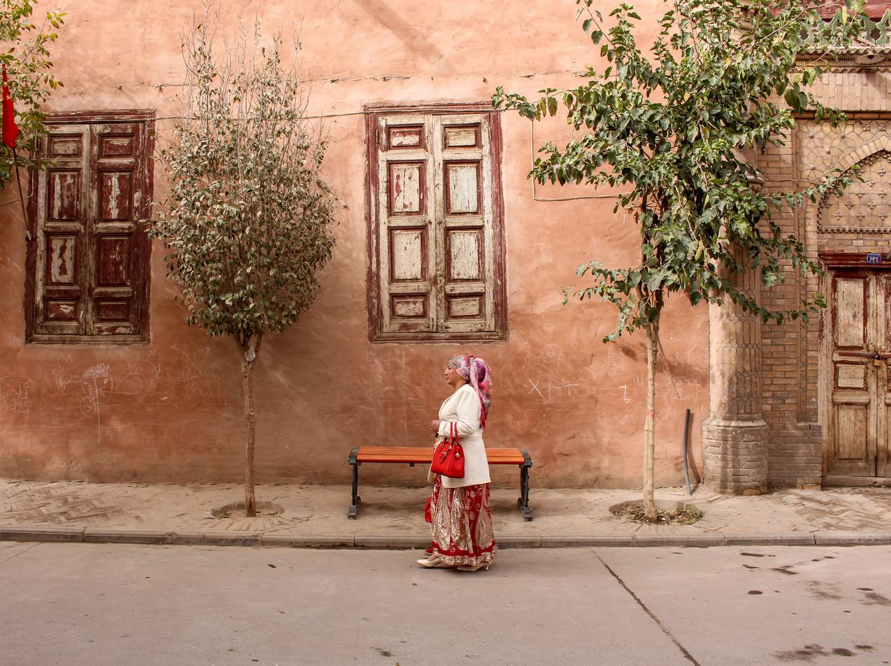 אישה אויגורית ברחוב העיר העתיקה בקאשגר