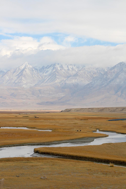 נהר מתפתל בין הגרסלנדס של טאשקורגן