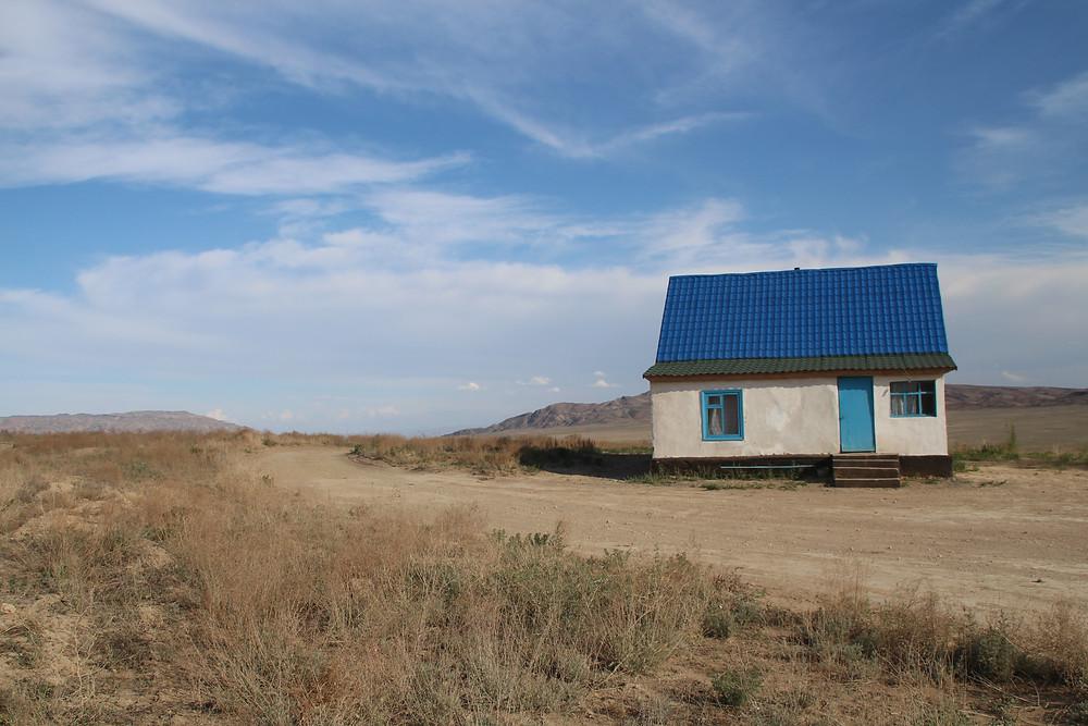 בית בודד בלב המדבר הקזחי