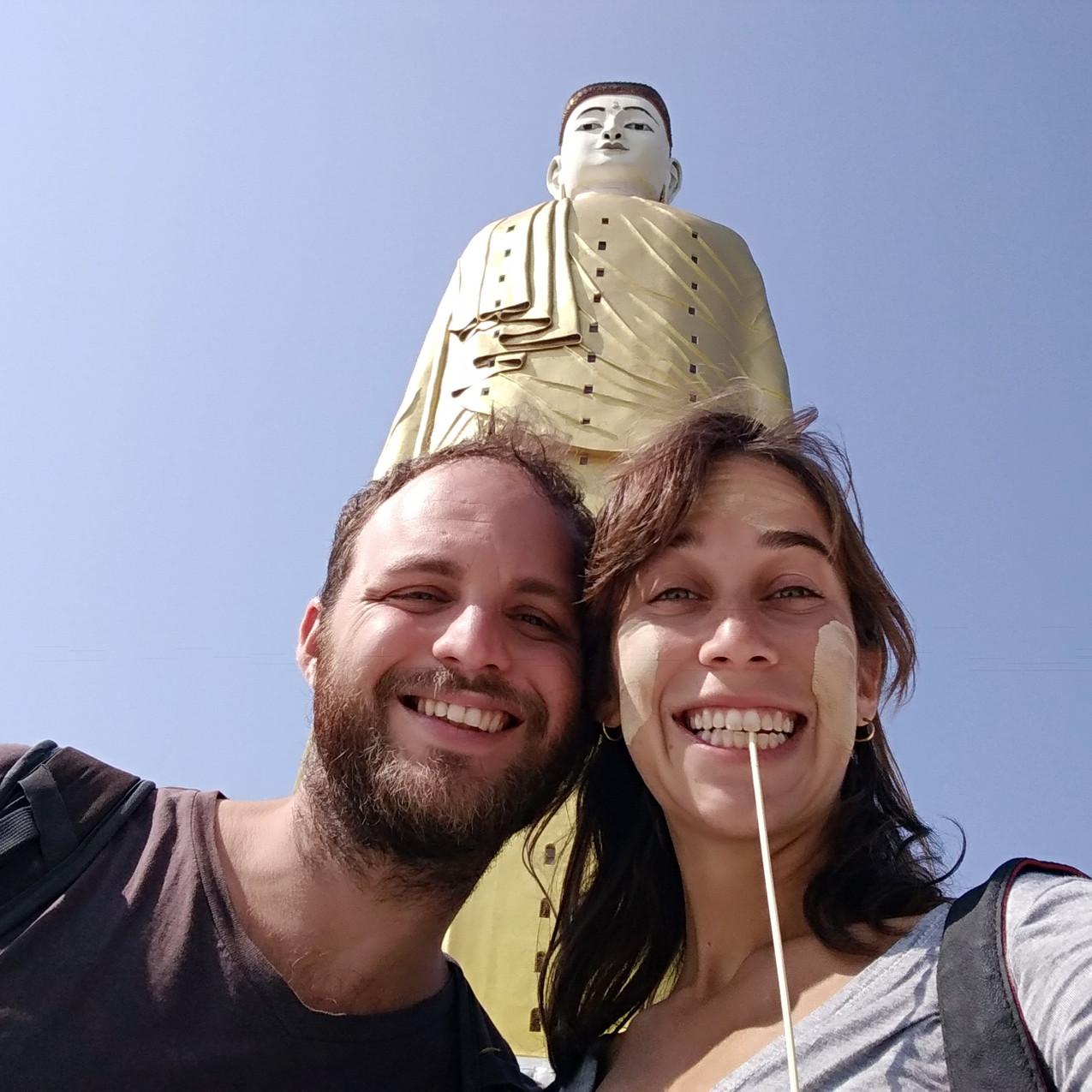 סלפי עם טנקה על הפנים ופסל בודהה ברקע