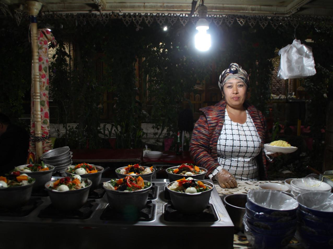 אויגורית מוכרת קסרול בשוק הלילה של קאשגר
